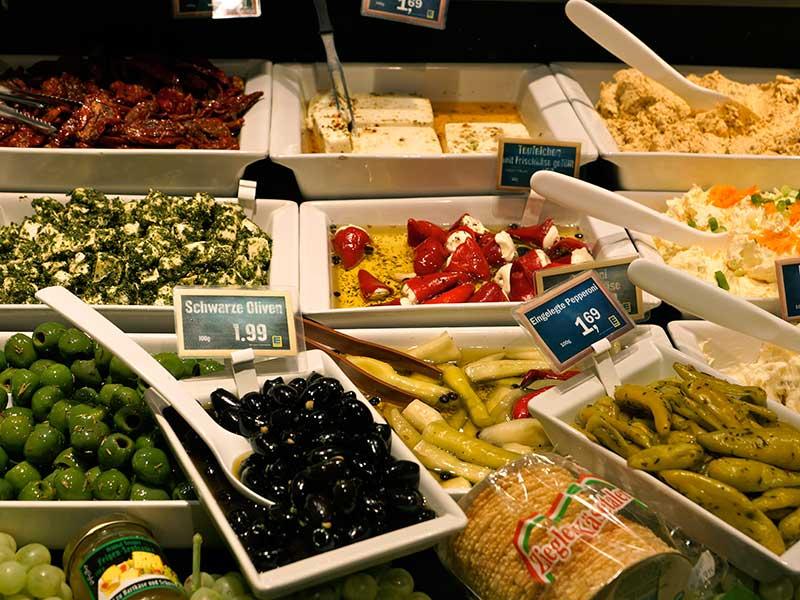 Frische Salate aus eigener Herstellung
